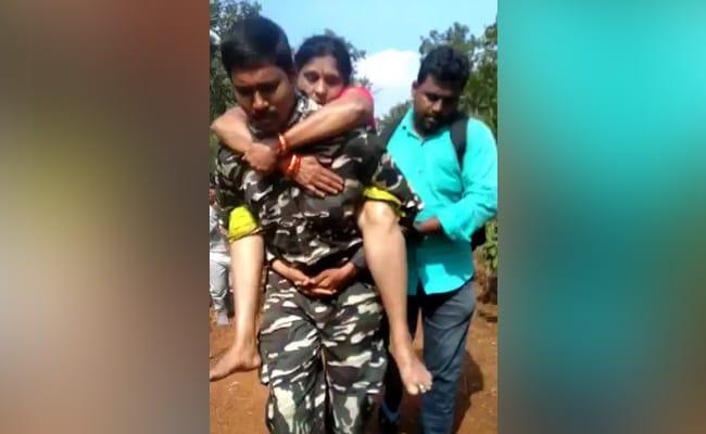 तिरुमाला यात्रा के दौरान महिला की तबीयत बिगड़ी, पुलिस वाले ने पीठ पर बैठा इलाज के लिए पहुंचाया